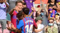 Luuk de Jong merayakan gol pertama bagi Barcelona pada laga La Liga melawan Levante di Camp Nou, Minggu (26/9/2021). (AFP/LLuis Gene)