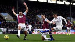 Pemain Chelsea Christian Pulisic (kanan) mencetak gol ke gawang Burnley pada laga Liga Inggris di Turf Moor, Burnley, Inggris, Sabtu (26/10/2019). Chelsea menang 4-2 dengan Pulisic  mencetak hattrick. (Anthony Devlin/PA via AP)
