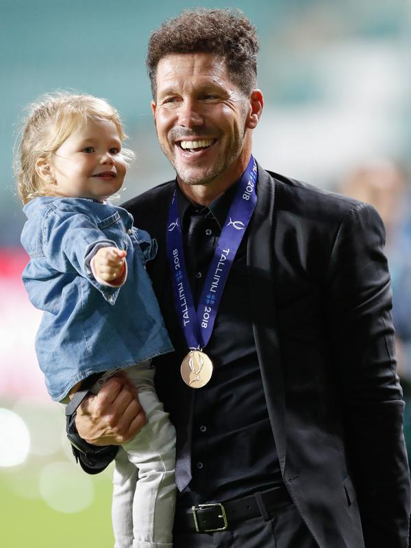 Pelatih Atletico Madrid, Diego Simeone menggendong putrinya Francesca saat berselebrasi meraih juara Piala Super Eropa setelah mengalahkan Real Madrid 4-2 di Lillekula Stadium di Tallinn, Estonia, (15/8). (AP Photo/Pavel Golovkin)#source%3Dgooglier%2Ecom#https%3A%2F%2Fgooglier%2Ecom%2Fpage%2F%2F10000
