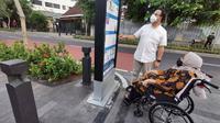 Anies Baswedan mengabadikan jalan-jalannya bersama ibunda tercinta di kawasan Cikini, Jakarta Pusat. (dok. Instagram @aniesbaswedan/https://www.instagram.com/p/CMqPWFDhM3B/)