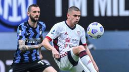 Gelandang Cagliari, Razvan Marin (kanan) mengontrol bola dibayangi gelandang Inter Milan, Marcelo Brozovic dalam laga lanjutan Liga Italia 2020/2021 pekan ke-30 di San Siro Stadium, Milan, Minggu (11/4/2021). Cagliari kalah 0-1 dari Inter Milan. (AFP/Alberto Pizzoli)