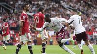 Reaksi pemain Manchester United, Bruno Fernandes (kiri), setelah gawang timnya dibobol pemain Aston Villa pada laga Liga Inggris di Old Trafford, Sabtu (25/9/2021). (AP/Jon Super)