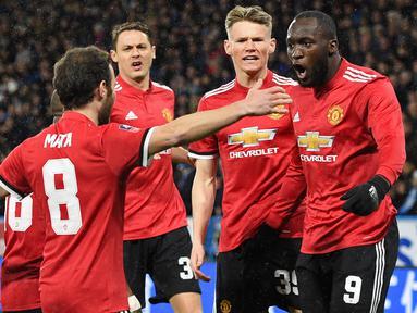 Para pemain Manchester United merayakan gol Romelu Lukaku saat melawan Huddersfield Town pada putaran kelima Piala FA di John Smith stadium, Huddersfield, (17/2/2018). Manchester United menang 2-0. (AFP/Oli Scarff)