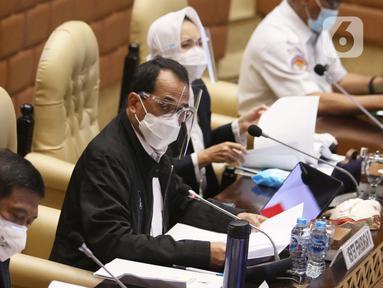 Menteri Perhubungan Budi Karya Sumadi hadir pada rapat kerja di ruang rapat Komisi V DPR RI, kompleks parlemen, Jakarta, Rabu (3/2/2021). Rapat kerja yang di hadiri juga oleh KNKT, BMKG, dan Basarnas membahas mengenai musibah jatuhnya pesawat Sriwijaya Air SJ-182. (Liputan6.com/Angga Yuniar)