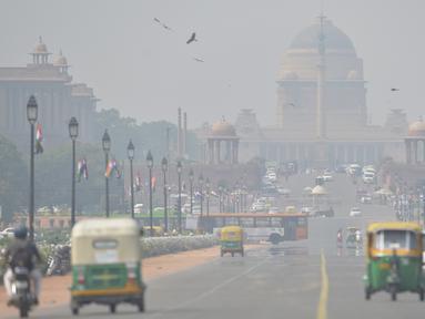 Polusi udara terlihat di sekitar Rashtrapati Bhavan dan gedung-gedung pemerintah di New Delhi (15/10/2019). Pemerintah New Delhi melarang penggunaan generator diesel pada 15 Oktober karena tingkat polusi di ibu kota India tersebut melampaui batas aman lebih dari empat kali. (AFP Photo/Sajjad Hussain