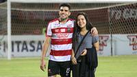 Bek Madura United, Fabiano Beltrame, dan putrinya, Juliana. (Bola.com/Aditya Wany)