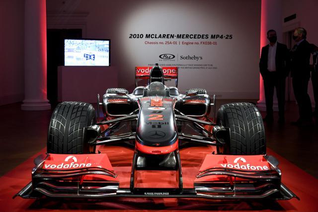 Tampilan mobil McLaren MP4-25A Mercedes yang dikendarai oleh pembalap Lewis Hamilton pada GP Turki 2010, saat dipamerkan di Sotheby London, Selasa (18/5/2021). Mobil McLaren tersebut  akan dilelang di Grand Prix (GP) Inggris pada bulan Juli 2021 mendatang. (AP Photo/Alberto Pezzali)