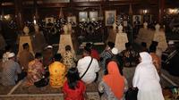 Ada 2.000 peziarah setiap harinya datang ke makam mantan Presiden RI II itu.