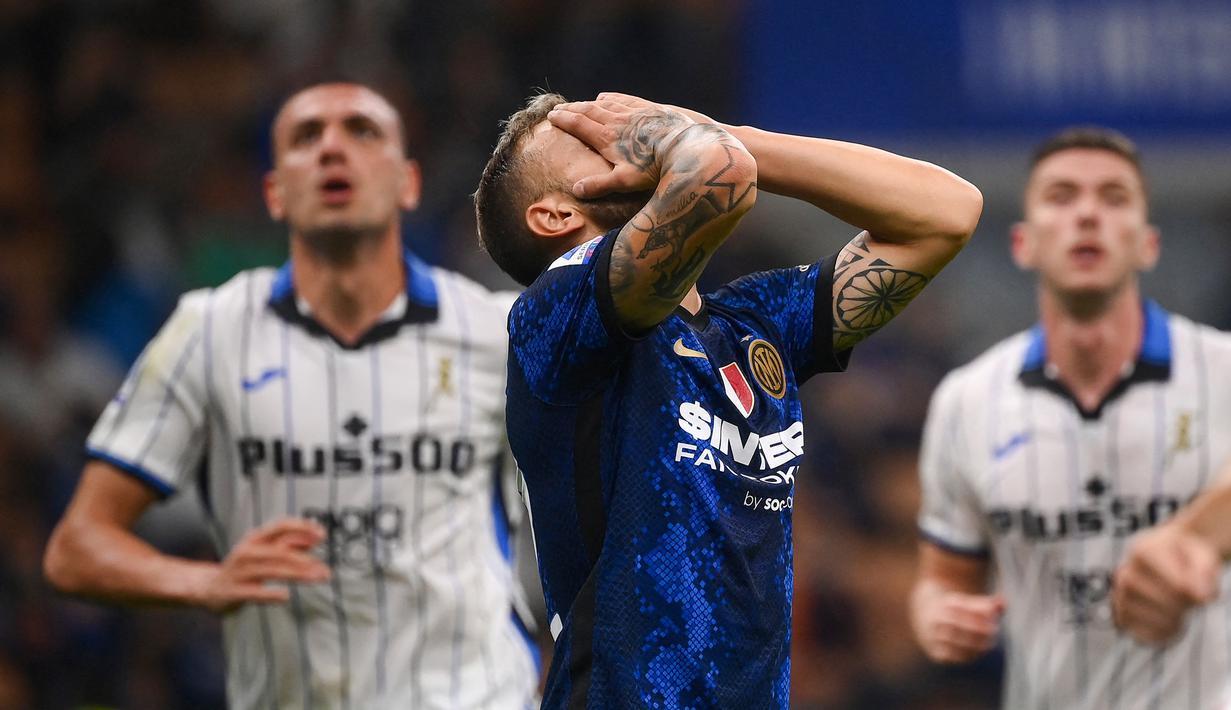 Inter Milan gagal memetik tiga poin penuh usai ditahan imbang tamunya Atalanta 2-2 dalam laga pekan ke-6 Liga Italia 2021/2022 di San Siro Stadium, Sabtu (25/9/2021). Inter sempat mendapat hadiah penalti di menit ke-88 yang gagal dilesakkan Federico Dimarco. (AFP/Marco Bertorello)