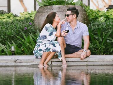 Liburan Nana dan Andrew berdua saja di hotel The Ritz Carlton Bali. Kata Ibu 2 anak ini, meluangkan waktu untuk pasangan itu penting. (Liputan6.com/Instagram/@nanamirdad_)