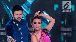 Gaya pedangdut Ridho Rhoma dan Zaskia Gotik saat tampil dalam Indonesian Dangdut Awards 2018 di Studio 5 Indosiar, Jakarta, Jumat (12/10). Mereka membawakan lagu Koi Mil Gaya dan Tum Hi Ho. (Liputan6.com/Faizal Fanani)