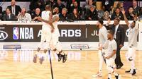LeBron James (kedua dari kiri) merayakan kemenangan timnya 148-145 atas tim Curry pada NBA All-Star 2018 di Staples Center, Los Angeles, Minggu (18/2/2018). (Bola.com/Rocky Padila)