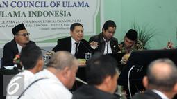 Koordinator Tim Advokasi Pandangan dan Sikap Keagamaan MUI, Ahmad Yani (kedua kiri) memberi keterangan usai menggelar pertemuan di Jakarta, Senin (14/11). Pertemuan untuk merumuskan pandangan dalam membantu fatwa MUI. (Liputan6.com/Helmi Fithriansyah)