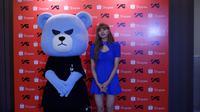 Lisa BLACKPINK bareng Krunk, beruang lucu maskot YG. (Foto: Nizar Zulmi/Bintang.com)