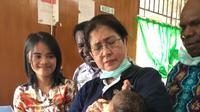 Menteri Kesehatan RI, Nila F Moeloek meninjau langsung pasien campak dan gizi buruk di RSUD Agats, Asmat. (Biro Komunikasi dan Pelayanan Masyarakat Kementerian Kesehatan RI)