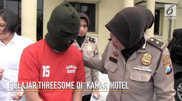Polrestabes Surabaya menggerebek sebuah hotel. Hasilnya ditangkap tiga orang yang sedang melakukan aksi threesome.