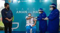 Menteri BUMN Erick Thohir meninjau kegiatan vaksinasi para tenaga kesehatan di RS Pusat Pertamina, Jakarta, Senin (18/1).