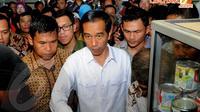 Kepada para pedagang dan pengunjung yang datang, Jokowi minta ditraktir, Blok G Tanah Abang, Senin (14/04/2014) (Liputan6.com/Herman Zakharia).