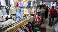 Aktivitas perdagangan di Pasar Tanah Abang Blok A, Jakarta, Senin (15/6/2020). Setelah hampir tiga bulan ditutup, kawasan Pasar Tanah Abang kembali beroperasi pada Senin (15/6) diikuti dengan penerapan protokol kesehatan pencegahan Covid-19. (Liputan6.com/Faizal Fanani)