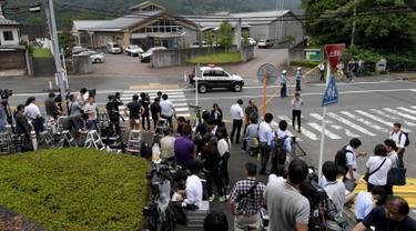 Sejumlah wartawan berkumpul di lokasi serangan penusukan sarana difabel Tsuki Yamayuri-en di Sagamihara, barat Tokyo, Selasa (26/7). 19 orang tewas dalam serangan yang dilakukan seorang pria dengan menggunakan pisau. (Toshifumi Kitamura/AFP)