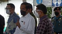 Presiden Joko Widodo (tengah) berbincang dengan Menteri Kesehatan Budi Gunadi Sadikin (kanan) saat meninjau vaksinasi COVID-19 di Stasiun Bogor, Jawa Barat, Kamis (17/6/2021). Vaksinasi di Stasiun Bogor menyasar petugas dan pekerja stasiun serta penumpang kereta. (Liputan6.com/Herman Zakharia)