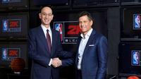 Komisioner NBA, Adam Silver (kiri), dan CEO Take-Two, Strauss Zelnick, berjabat tangan setelah mengumumkan rencana menggulirkan liga NBA virtual bertajuk NBA 2K eLeague, Kamis (9/2/2017). (Bola.com/Twitter/NBA2K)