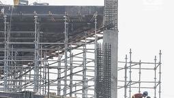 Sejumlah pekerja menyelesaikan pembangunan proyek gedung di Jakarta, Jumat (20/7). Dari 8,1 juta orang tenaga kerja konstruksi hanya tujuh persen yang memiliki sertifikat dan ijazah. (Liputan6.com/Faizal Fanani)