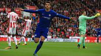 Striker Chelsea, Alvaro Morata, melakukan selebrasi usai mencetak gol ke gawang Stoke City pada laga Premier League di Stadion Bet365, Sabtu (23/9/2017). Chelsea menang 4-0 atas Stoke City. (AFP/Lindsey Parnaby)