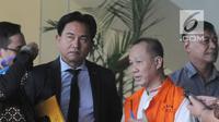 Pakar Hukum Tata Negara Yusril Ihza Mahendra mendampinggi tersangka mantan Ketua Badan Penyehatan Perbankan Nasional (BPPN) Syafruddin Arsyad Temenggung usai penendatangan P21 di gedung KPK, Jakarta, Rabu (18/4). (Merdeka.com/Dwi Narwoko)