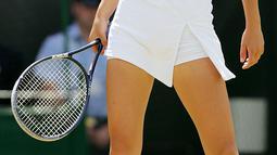 Petenis Rusia, Maria Sharapova saat bertanding melawan Amy Frazier dari AS selama Kejuaraan Tenis Wimbledon ke-118 di Wimbledon, London pada 28 Juni 2004. Sharapova mengumumkan pensiun dari dunia tenis dalam sebuah wawancara kepada majalah Vogue and Vanity Fair. (AFP/Odd Andersen)