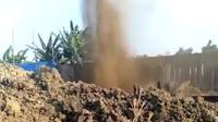 Semburan air cukup besar menghebohkan warga Karangawen dan membanjiri ladang jagung. (foto: Liputan6.com/felek wahyu)
