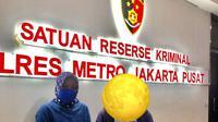 MS, terduga korban pelecehan seksual ditemani pihak KPI Pusat membuat laporan di Polres Metro Jakarta Pusat pada Rabu tengah malam, 1 September 2021 hingga Kamis dini hari, 2 September 2021 (Foto: Nuning Rodiyah, Komisioner KPI Pusat*