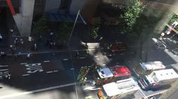 Sejumlah petugas terlihat berjaga-jaga di sekitar lokasi penyanderaan di The Lindt Chocolate Cafe, Sydney, Senin (15/12/2014). (Istimewa)