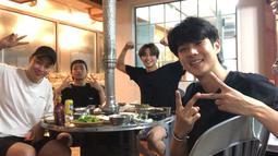 V, Seo Joon, Woo Sik, dan Peakboy juga menikmati makan malam di sebuah restoran. (Liputan6.com/Twitter/@BTS_twt)