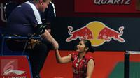 Pebulutangkis tunggal Putri Indonesia, Lindaweni Fanetri menyalam wasit usai berlaga melawan Tai Tzu Ying (China Taipei) di Total BWF World Championships di Jakarta, Jumat (14/8/2015). Lindaweni unggul 14-21 22-20 21-12. (Liputan6.com/Helmi Fithriansyah)