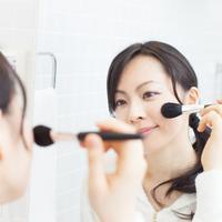 Ilustrasi memakai makeup/copyright shutterstock