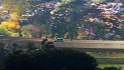 Kendaraan melintasi jembatan simpang susun semanggi, Jakarta, Rabu (18/9/2019). Kepala BPRD DKI Jakarta Faisal Syafruddin mengatakan, sekitar 2,2 juta kendaraan bermotor di Jakarta menunggak pajak dengan nilai tunggakan pajak mencapai Rp 2,4 triliun. (Liputan6.com/Herman Zakharia)