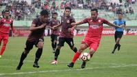 Persis Solo vs Persibat Batang dalam uji coba di Stadion Manahan, Solo, Senin (19/2/2018). (Bola.com/Ronald Seger Prabowo)