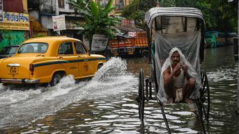 FOTO: Diguyur Hujan Lebat, Jalanan di Kolkata Tergenang Air
