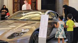 Wanita Saudi melihat sebuah mobil di sebuah pameran mobil di resor Jeddah Laut Merah Jeddah (5/10).Walau peraturan tersebut akan berlaku pada 24 Juni 2018, para wanita Saudi mulai berburu mobil impiannya. (AFP Photo/Amer Hilabi)