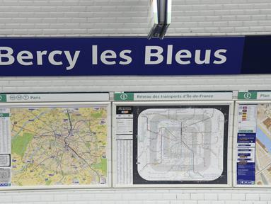 """Sebuah gambar menunjukkan stasiun metro Bercy berubah nama menjadi """"Bercy les Bleus"""", permainan kata untuk berterima kasih, di Paris, Senin (16/7). Hal itu dilakukan untuk merayakan kesuksesan timnas Prancis menjadi juara Piala Dunia. (AFP/Bertrand GUAY)"""