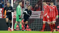 Pemain Paris Saint-Germain, Kylian Mbappe merayakan gol ke gawang Bayern Munchen pada matchday keenam Grup B Liga Champions di Stadion Allianz Arena, Rabu (6/12). Kendati kalah 1-3, PSG tetap keluar sebagai juara Grup B. (AP/Matthias Schrader)