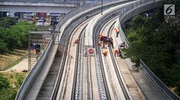 Pekerja menyelesaikan pembangunan LRT (Light Right Transit) Jabodebek di Kawasan Kampung Makasar, Jakarta, Sabtu (26/10/2019). Progres lintas Cawang-Cibubur selesai 85,28 persen, Cawang-Dukuh Atas 55,91 persen, dan Cawang-Bekasi Timur 53,84 persen.(Liputan6.com/JohanTallo)