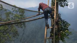 Petugas Pusat Suaka Elang Jawa (PSSEJ) memastikan kekuatan jaring di area pelepasan Elang Brontok (Nisaetus Cirrhatus). (merdeka.com/Imam Buhori)