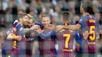 Pemain Barcelona, Lionel Messi (kiri) memeluk rekan setimnya saat Ivan Rakitic mencetak gol ke gawang Tottenham Hotspur dalam Grup B Liga Champions di Stadion Wembley, London, Rabu (3/10). Barcelona membantai Tottenham 4-2. (AP Photo/Frank Augstein)