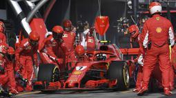 Kimi Raikkonen memasuki pit saat mengganti ban pada balapan F1 GP Australia di Sirkuit Albert Park, Melbourne, Minggu (25/3/2018). Vettel memenangi balapan dengan selisih 5,036 detik dari Hamilton. (Saeed Khan/Pool via AP)