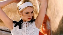Tampil dengan model dress A-line dengan desain broklat putih, memubuat aura vintage Ella terpancar. Elle tampil cantik saat melakukan pemotretan di Arcosanti, Arizona bersama brand fashion Miu Miu. (Liputan6.com/IG/ellefanning)