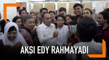 Gubernur Sumatera Utara, Edy Rahmayadi, membetulkan jari warga yang ingin berfoto dengannya.