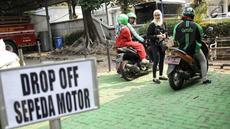 Ojek online menurunkan penumpang di tempat drop off yang disediakan di Balai Kota DKI Jakarta, Selasa (31/7). Pemprov DKI menginstruksikan adanya tempat pemberhentian khusus bagi ojek online di kantor-kantor Pemprov DKI. (Liputan.com/Faizal Fanani)