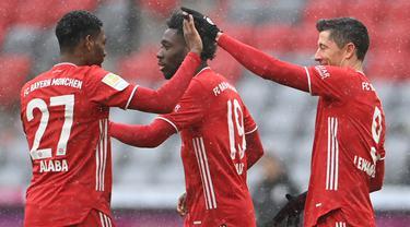 Striker Bayern Munich, Robert Lewandowski (kanan) melakukan selebrasi usai mencetak gol pertama ke gawang Freiburg dalam laga lanjutan Liga Jerman 2020/21 pekan ke-16 di Allianz Arena, Minggu (17/1/2021). Bayern Munich menang 2-1 atas Freiburg. (AFP/Christof Stache/Pool)